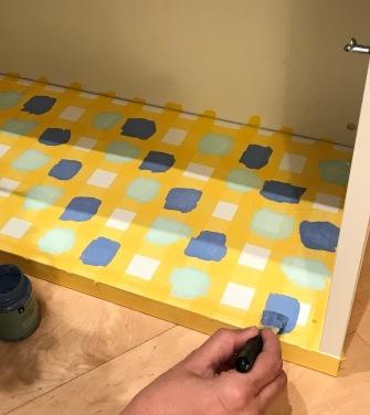 20. diy_pintar_estantería_diseño_cuadrados_parte_inferior