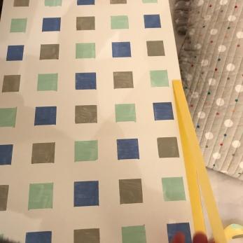 21. diy_pintar_estantería_diseño_cuadrados_retiramos_cinta