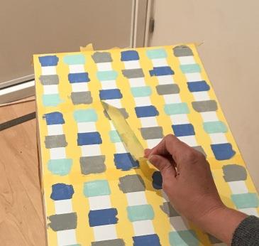 22. diy_pintar_estantería_diseño_cuadrados_retiramos cinta