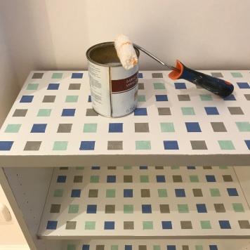 23. diy_pintar_estantería_diseño_cuadrados_proter_barniz