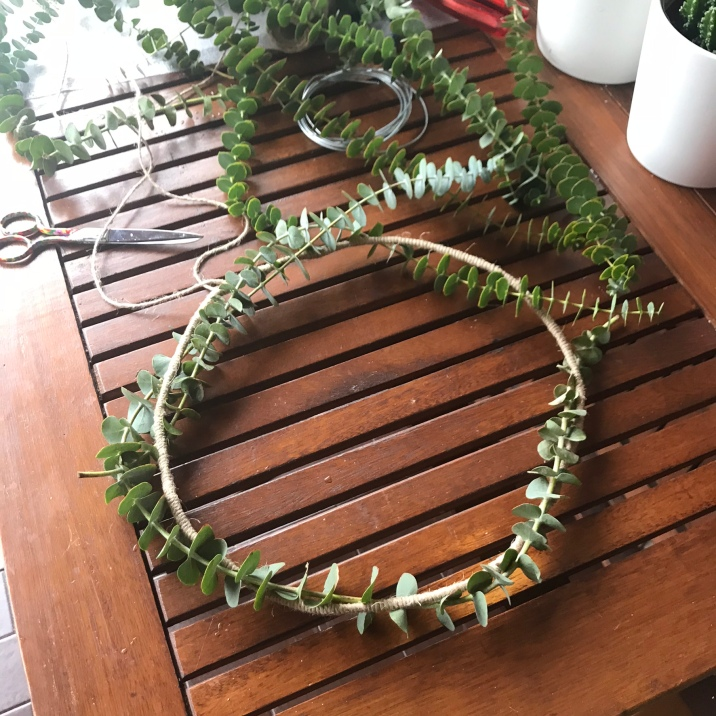 6. corona de navidad colocamos eucalipto